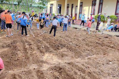 học sinh và giáo viên hứng khởi xây dựng công trình măng non của Liên đội